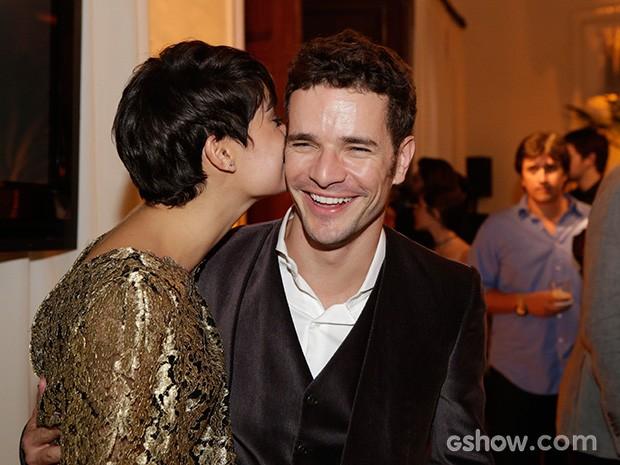 Sophie Charlotte dá um beijo carinhoso em Daniel de Oliveira (Foto: Fábio Rocha/TV Globo)