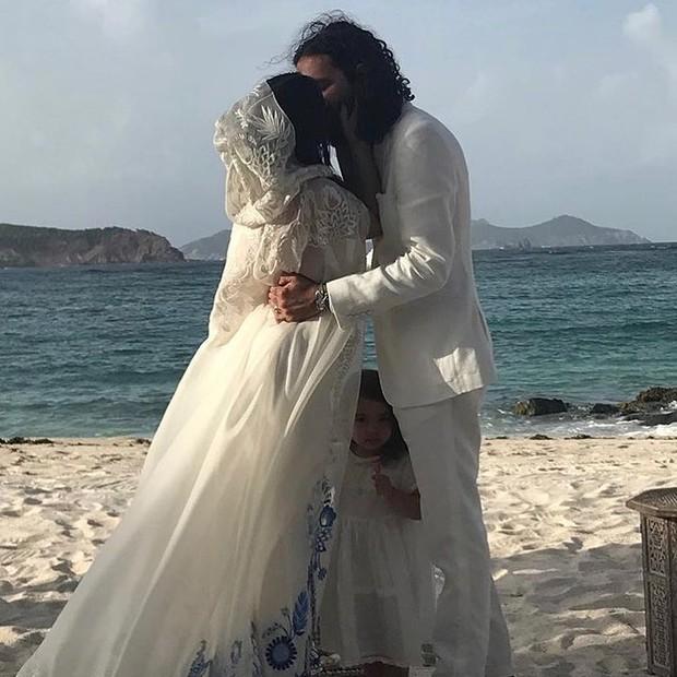 Os recém-casados Ally Hilfiger e Steve Hash, com a filha Harley (Foto: reprodução/instagram)