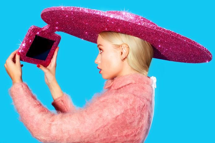 Chapéu da Acer funciona como suporte para tablet fazer selphies (foto: Reprodução/Acer)