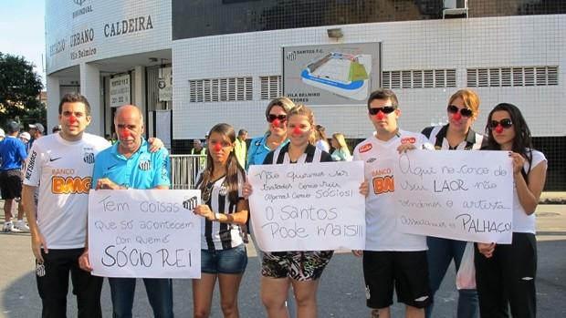 Manifestação na Vila Belmiro (Foto: Lincoln Chaves / Globoesporte.com)