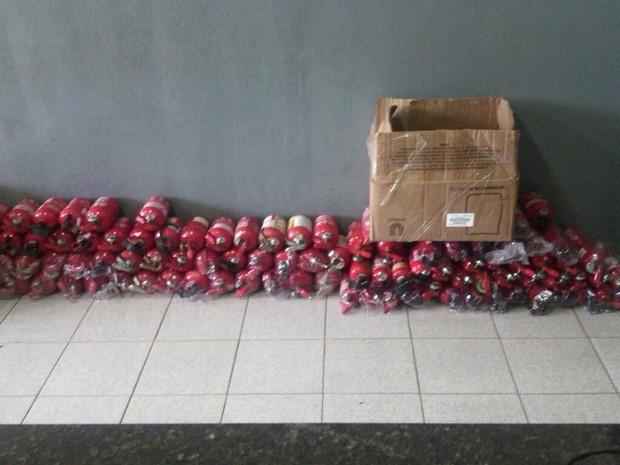 Noventa e oito extintores foram recolhidos pela polícia (Foto: Polícia Militar/Divulgação)
