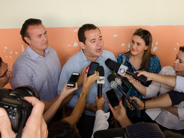 O candidato do PDT à prefeitura de Ribeirão Preto , Ricardo Silva, concede entrevista após registrar o voto (Foto: Érico Andrade/G1)