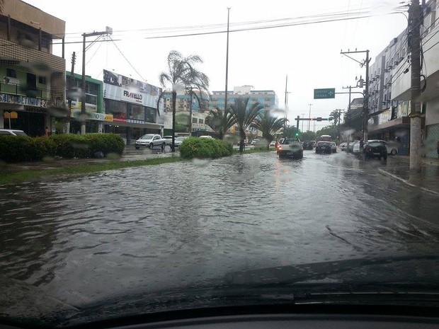 Centro de Cabo Frio ficou completamente alagado na manhã deste sábado (Foto: Fernanda Soares/G1)