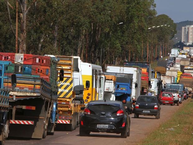 Caminhoneiros fecharam a BR-040, na altura do km 564, no trevo de Ouro Preto (MG), sentido Rio de Janeiro, nesta segunda-feira (Foto: Denilton Dias/O Tempo/Estadão Conteúdo)