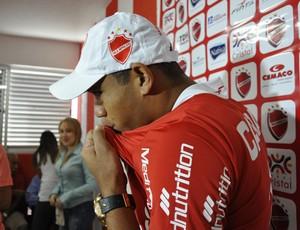 Robston beija escudo do Vila Nova (Foto: Guilherme Gonçalves/Globoesporte.com)