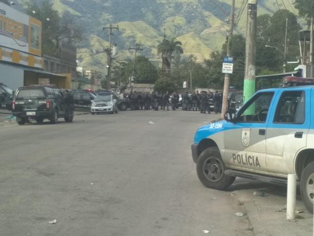 A polícia isola a área onde Matemático foi encontrado morto (Foto: Christiano Ferreira/G1)