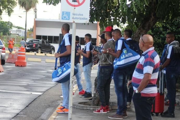 Desembarque do Altos após derrota para o Bahia (Foto: Joana D'arc Cardoso)