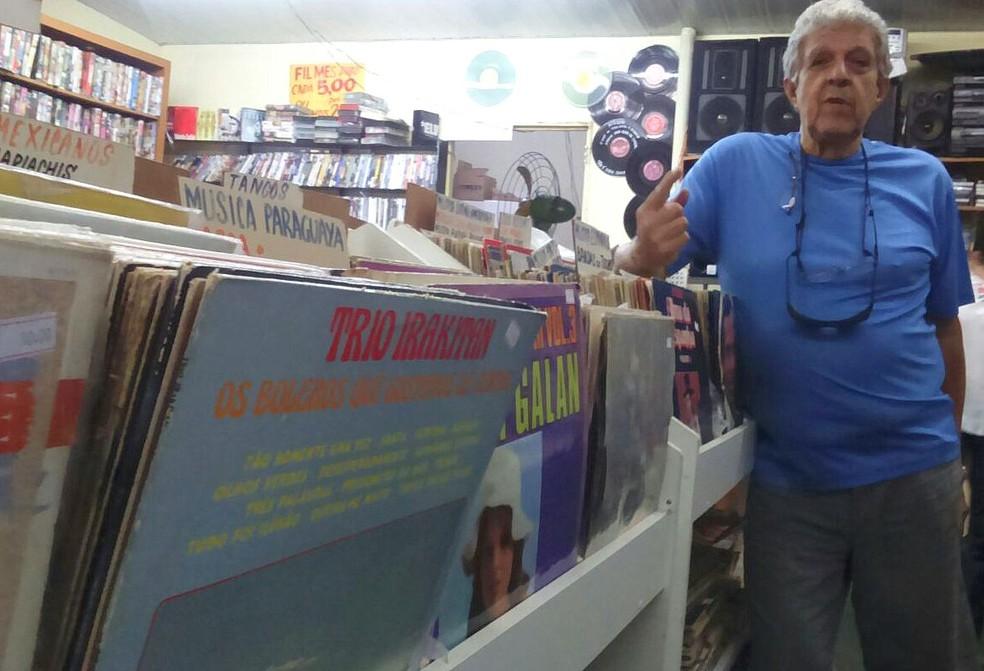 Sergio Piovesan, de 73 anos, é dono de uma loja que vende vinis e vitrolas (Foto: Raquel Baes/G1)