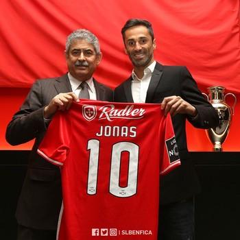 Jonas renova contrato com o Benfica (Foto: Divulgação / Benfica)