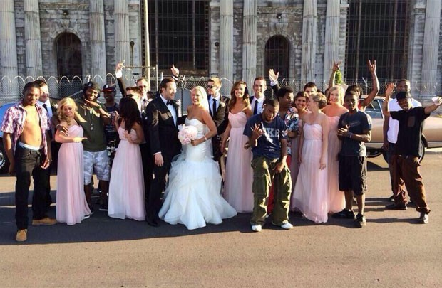 Grupo de estranhos apareceu após receber mensagem de texto por engano e posou para foto com noivos e convidados de casamento no Reino Unido (Foto: Reprodução/Twitter/DCochran)