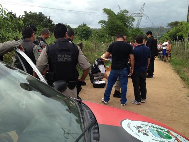 Corpo foi encontrado na manhã desta segunda, em Gramame, na Paraíba (Foto: Walter Paparazzo/G1)