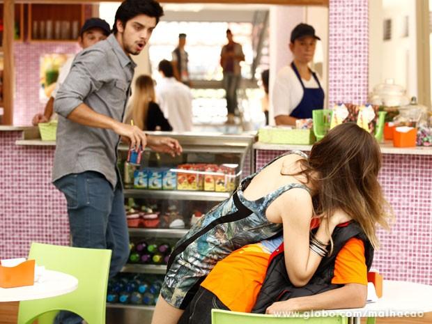 Finalmente! fatinha paga promessa e tasca um beijão em Pilha (Foto: Malhação/ TV Globo)