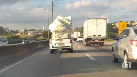 Internauta flagra carro com excesso de carga na Dutra; veja vídeo