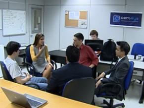 A repórter Lisandra Trindade em reunião com membros de empresa incubada no Cietec (Foto: Reprodução)