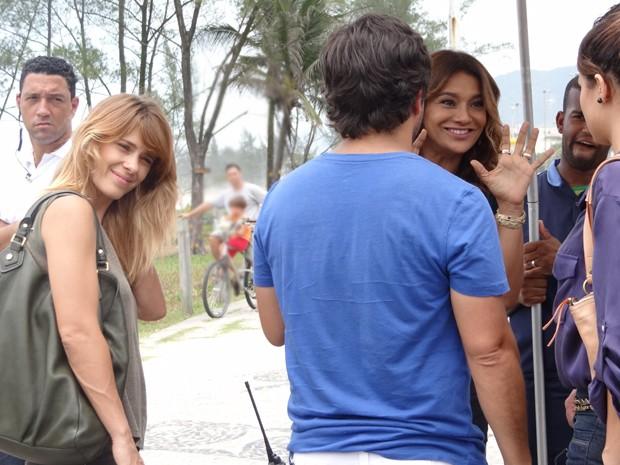 Dira Paes diverte os colegas de cena (Foto: Salve Jorge/TV Globo)