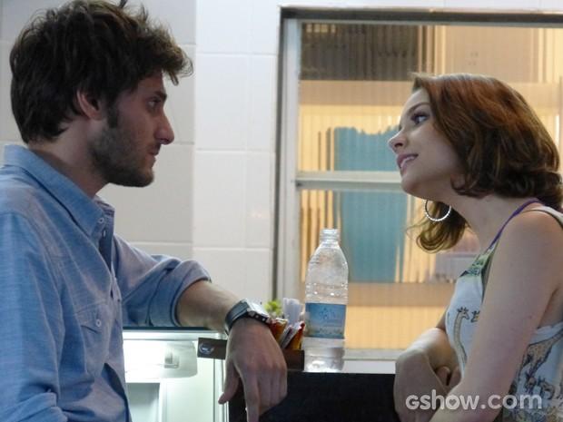 Micaela explica ao noivo que não tem razão para ele se preocupar (Foto: Malhação / TV Globo)