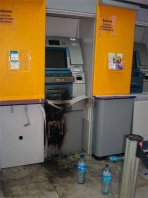 Criminosos usaram maçarico para arrombar caixa eletrônico (Foto: Márcio Morais)