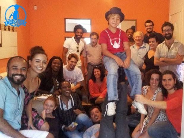 Gabriel Sater (embaixo, a direita) posta foto do elenco no estúdio para ensaio musical  (Foto: Acervo Pessoal)