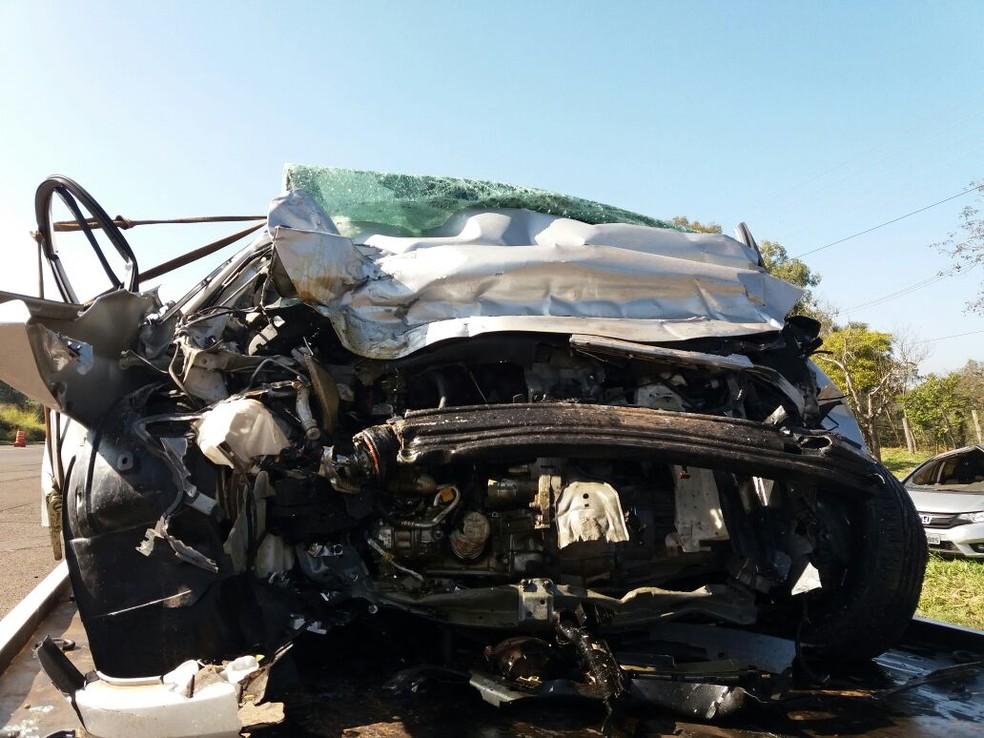 Frente do carro em que família estava ficou completamente destruída (Foto: Divulgação/PRE)