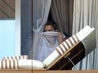 Madonna aparece na janela de hotel antes de show no Rio