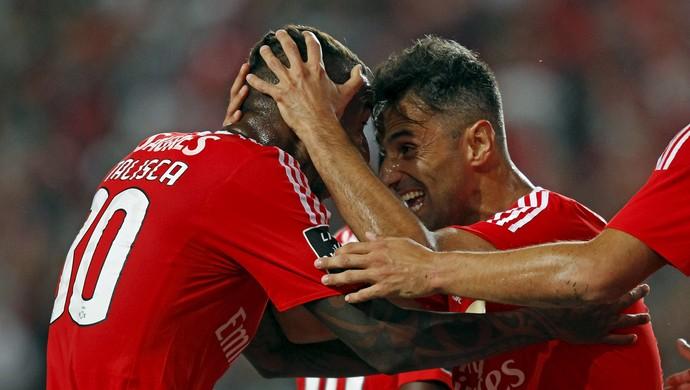 Anderson Talisca e Jonas comemoram gol Benfica (Foto: REUTERS/Hugo Correia)