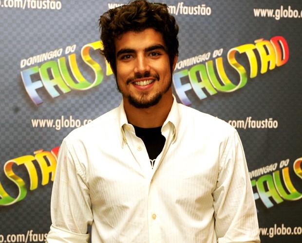 Caio Castro está malhando para manter a ótima forma (Foto: João Cotta / TV Globo)