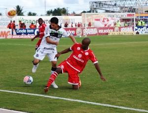Magno Alves, do Ceará, e Fabinho, do América-RN, brigam pela bola na lateral (Foto: Augusto Gomes)