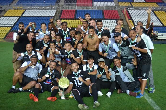 Jogadores e comissão técnica do Rio Branco comemoram título da Copa ES (Foto: Sidney Magno Novo/GloboEsporte.com)