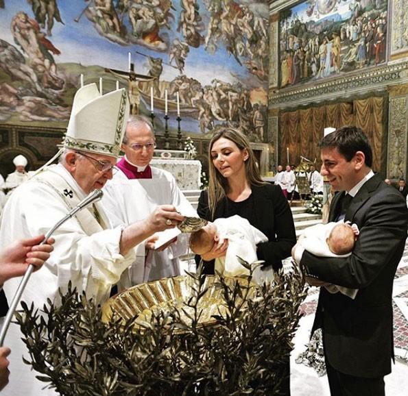 Papa Francisco em ritual de batismo (Foto: Reprodução - Instagram)
