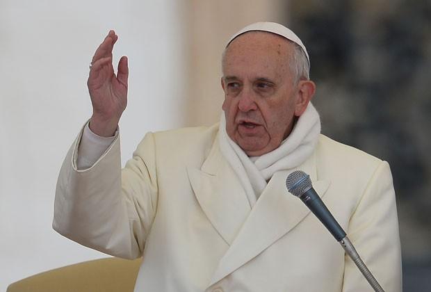 O Papa Francisco usa cachecol durante audiência desta quarta-feira (27) na Praça São Pedro, no Vaticano (Foto: Vicenzo Pinto/AFP)