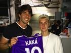 Kaká vai a show de Justin Bieber e presenteia cantor com camisa