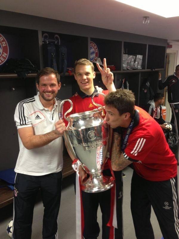 Neuer exibe a taça no vestiário (Foto: Reprodução Facebook)