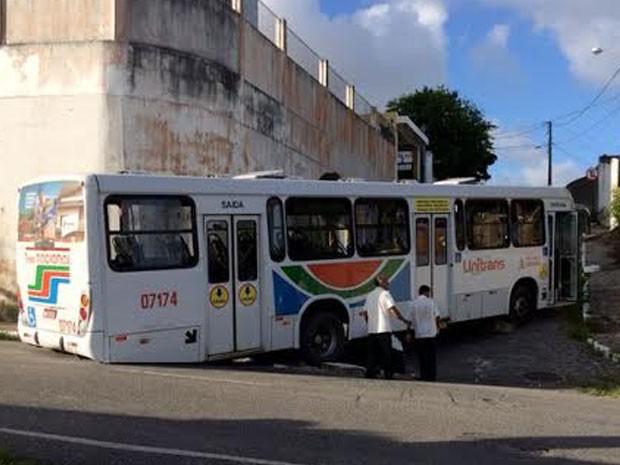 Ônibus coletivo ficou preso ao desviar congestionamento em João Pessoa (Foto: Walter Paparazzo/G1)