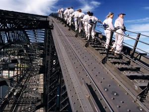 Turistas sobem na famosa ponte de Sydney (Foto: Frilet Patrick /hemis.fr/AFP)