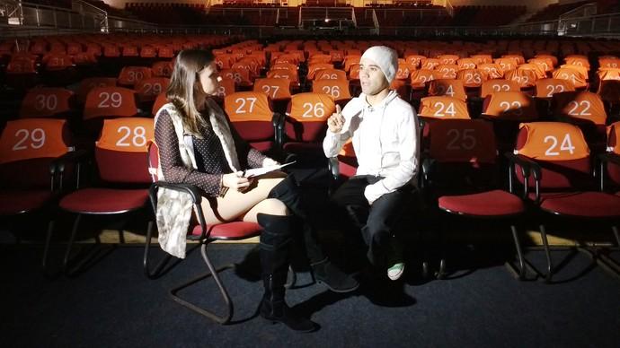 Camille Reis conversou com bailarino do Festival de Dança de Joinville (Foto: RBS TV/Divulgação )