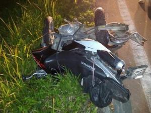 Moto de Evandro Ferreira ficou destruída após acidente em Bertioga, SP (Foto: Divulgação/Aconteceu em Bertioga)
