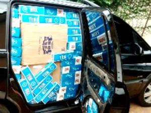 Carro com cigarros contrabandeados foi abandonado na PR-479 (Foto: Divulgação/PM)