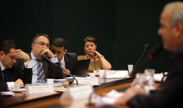 André Vargas (sem partido-PR) observa leitura do relatório de Júlio Delgado (PSB-MG) em processo por suposta quebra de decoro (Foto: Antonio Araújo/Câmara dos Deputados)