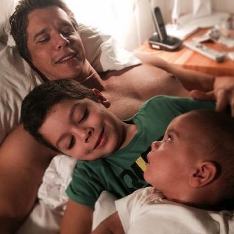 Márcio com dois dos quatro filhos (Foto: Reprodução)
