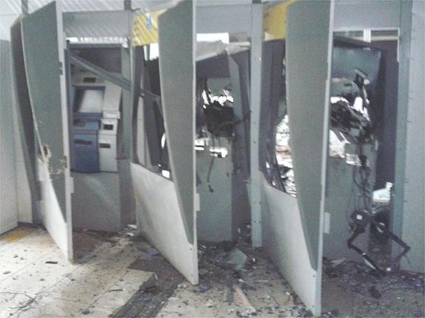 Suspeitos explodiram três caixas eletrônicos e fugiram com o dinheiro (Foto: Fábio Reis/Jornal Popular)