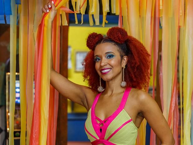 Maria Bia adora exibir suas maquiagens pelos bastidores (Foto: Artur Meninea / Gshow)