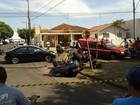 Carro capota em rua de Araçatuba e duas pessoas ficam feridas
