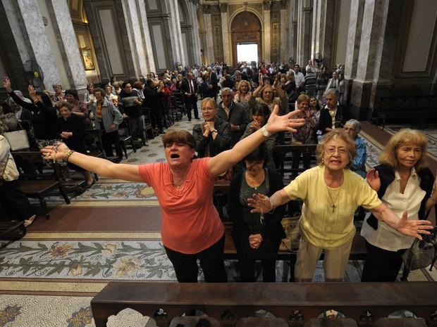 Senhoras comemoram a escolha do papa  argentino na Catedral de Buenos Aires (Foto: Juan Mabromata/AFP)