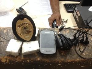 Droga e telefone celular apreendido com apenado em Porto Velho (Foto: Hosana Morais/G1)