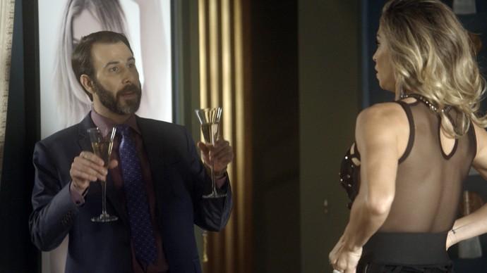 Hércules chega com duas taças de champagne (Foto: TV Globo)