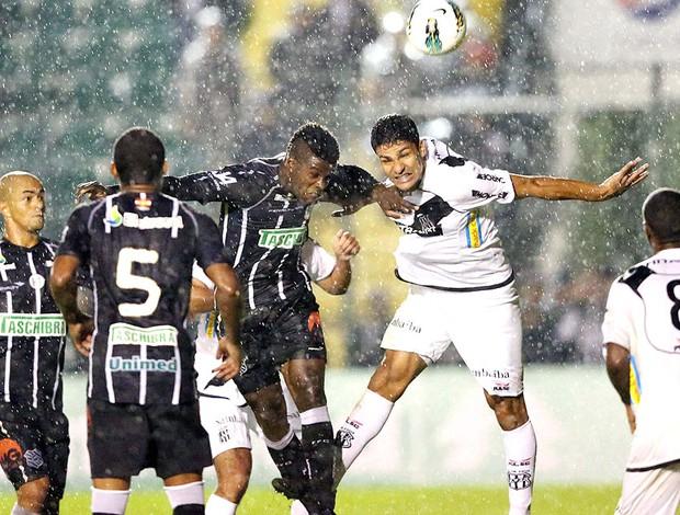 Sandro na partida do Figueirense contra a Ponte Preta (Foto: Cristiano Andujar / Futura Press)