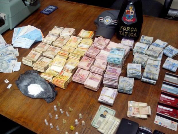 Dinheiro, cheques, cartões, celulares e drogas foram apreendidos (Foto: Carlos Alberto Soares / TV TEM)