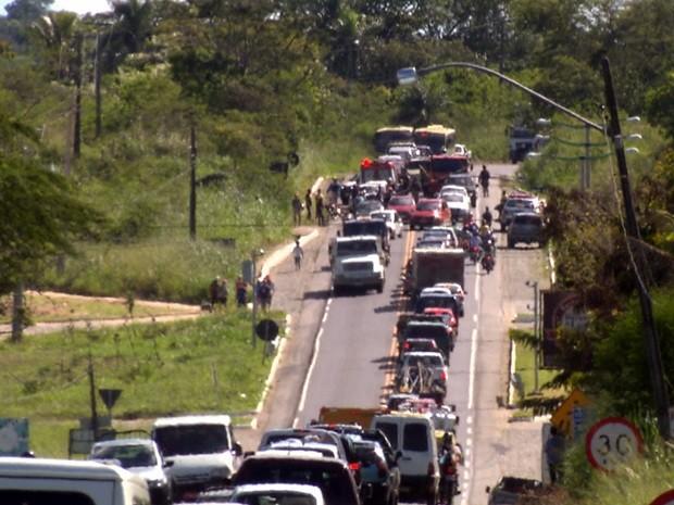 Três pessoas ficaram feridas em um engavetamento entre seis veículos na manhã desta terça-feira (20) na BR-104, em Lagoa Seca no Agreste paraibano. De acordo com a Polícia Rodoviária Federal (PRF) um carro teria freado e a moto bateu atrás dele, seguido pelos outros carros que acabaram colidindo entre si. O trânsito ficou lento no local o fluxo só foi normalizado cerca de duas horas depois do acidente. (Foto: Reprodução/TV Paraíba)