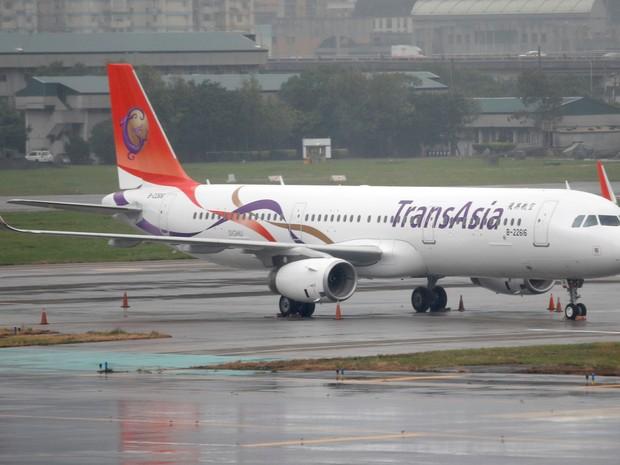 Aeronave da TransAsia é vista no aeroporto de Songshan , em Tapiei. (Foto: Reuters)