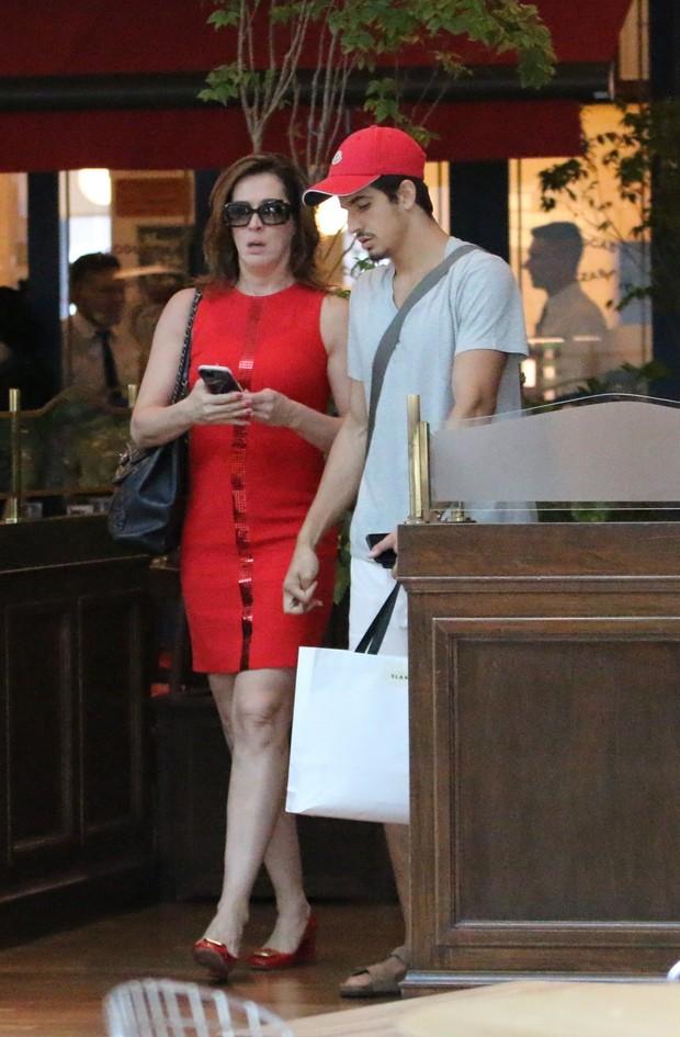 Claudia Raia vai em sorveteria após almoçar com o filho Enzo (Foto: Agnews/Agnews)